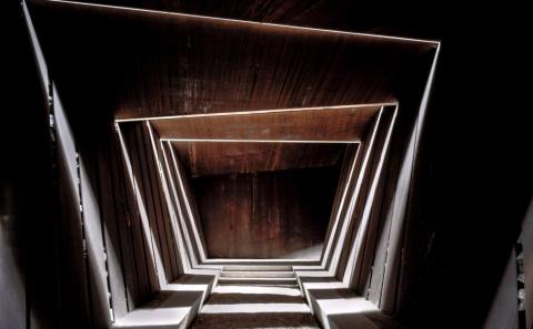 Bodegas Bell-Lloc (Palamós, Girona, España, 2007). Un edificio que proyecta en el suelo sus luces y sus sombras. HISAO SUZUKI